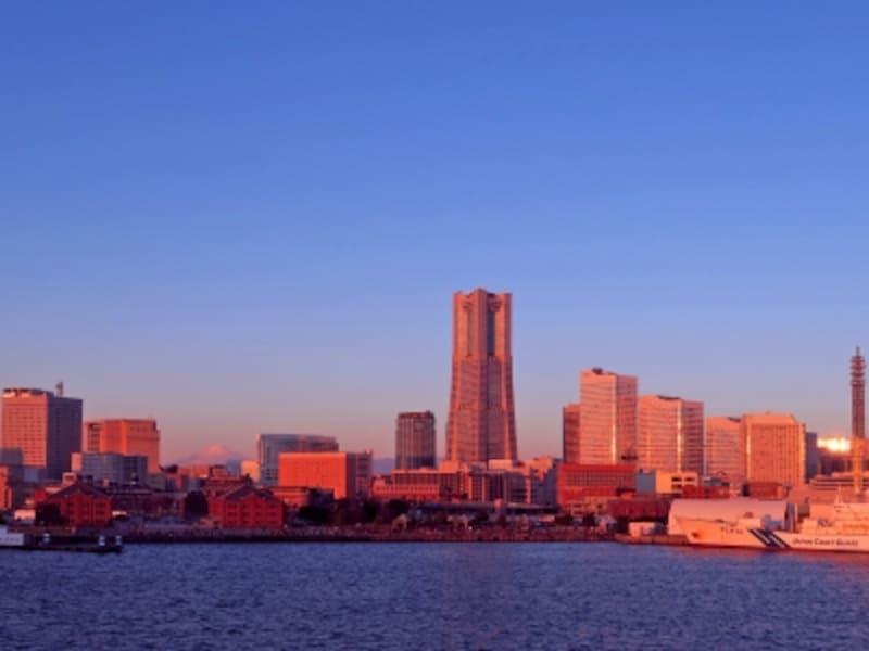 『世界一難しい恋』のタイトルバックには、朝日に輝くみなとみらい21地区が使われています。画像は大さん橋から見たようす(2016年1月1日撮影)