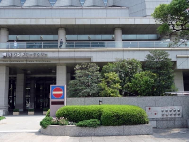 鮫島社長が「犬に名前をつけて欲しい」と美咲を引き留めたシーンでは「横浜ランドマークタワー」のネームプレートが背景に(2016年5月2日撮影)