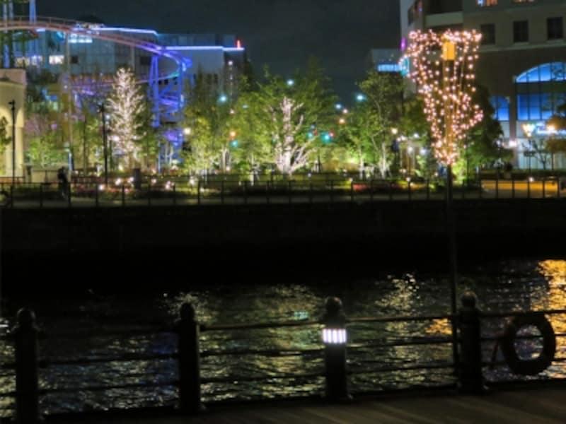 鮫島社長と秘書・村沖が距離をおいて歩く後ろには、きらめく夜景が。切ないシーンでした(2016年5月3日撮影)