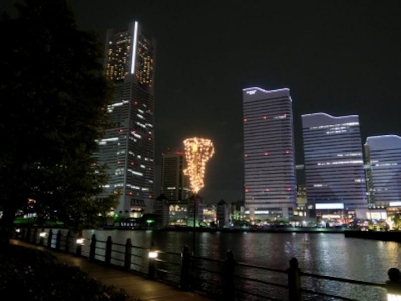 鮫島社長の背中に哀愁が漂っていたシーン。バックにはみなとみらい21のビル群の夜景が(2016年5月3日撮影)