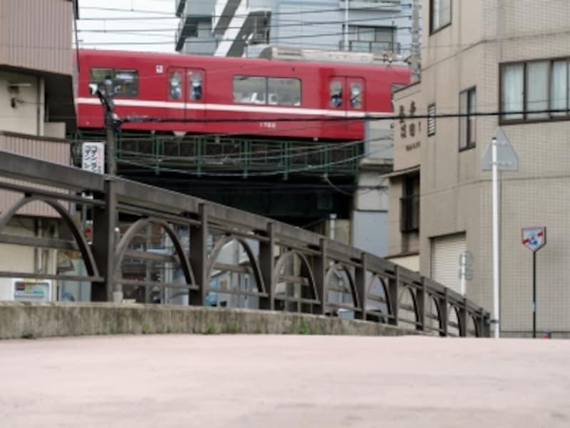 美咲が出勤するシーン。後ろを通る赤い電車(京浜急行)が印象的(2016年5月2日撮影)