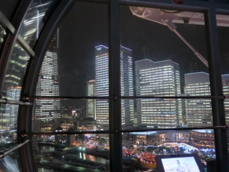 「あれ、社長室じゃないですか?」と二人で横浜ランドマークタワーを眺める(2016年12月24日撮影)