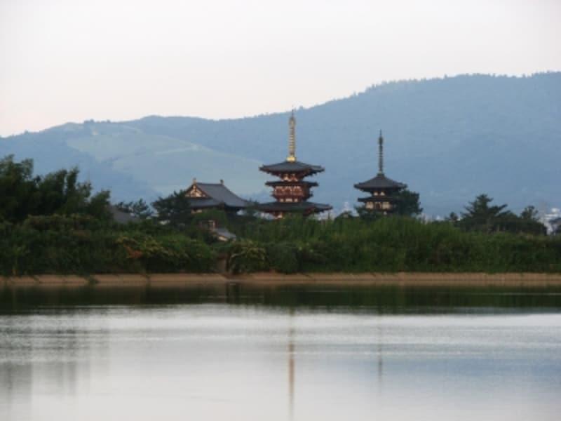 薬師寺の南西に広がる大池の反対岸からは、金堂・西塔・東塔が建ち並ぶ姿をきれいに撮影できる(2007年9月撮影)