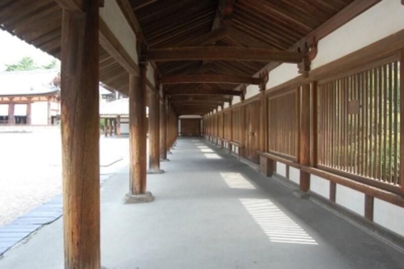 回廊の柱はギリシャ建築の「エンタシス」の様式の影響を受けているともいわれ、柱の中程が太く上部にかけ徐々に細くなっている