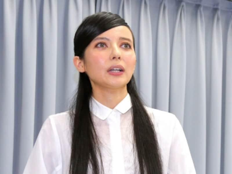 不倫報道を受け、険しい表情で会見したタレントのベッキー。東京・新宿区左門町のサンミュージックプロダクションで。2016年1月6日撮影、1月8日掲載。(写真:報知新聞/アフロ)