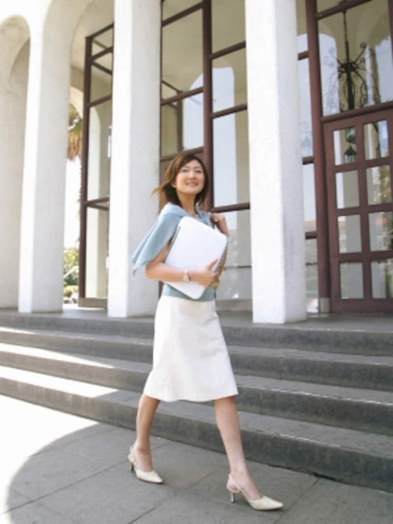 背筋を伸ばして姿勢良く歩く女性