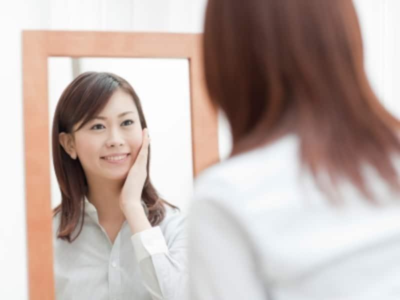 鏡を見る笑顔の女性