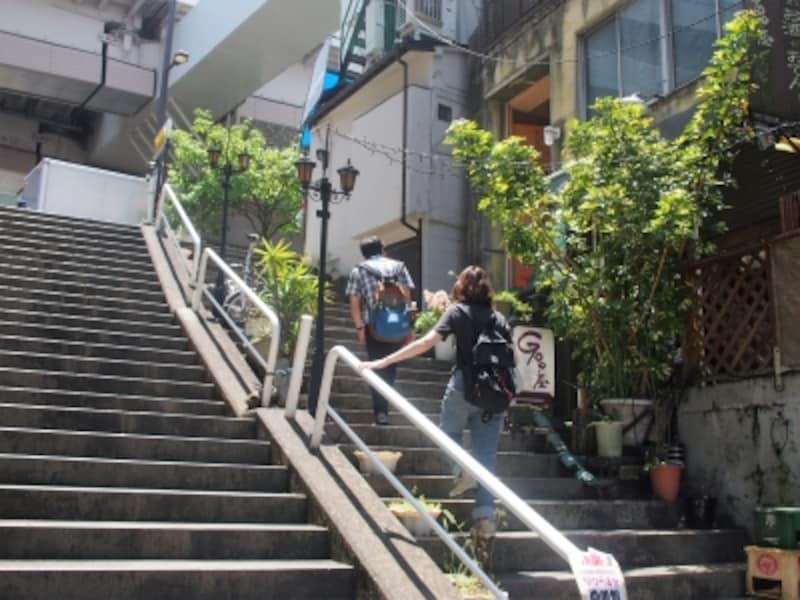 階段の上には都営三田線の新板橋駅がある