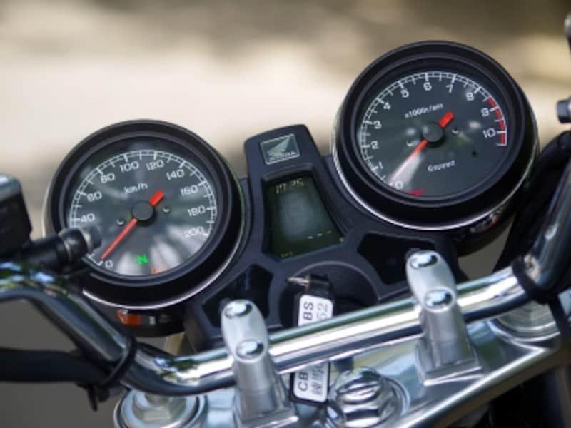 CB1100のメーターにはシフトインジケーターや瞬間燃費などが表示される