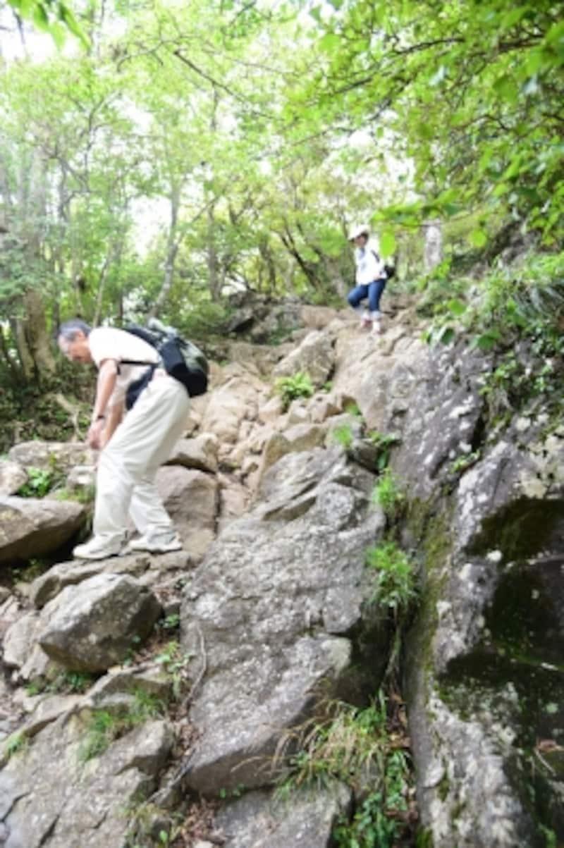 岩場は滑りやすいので、注意!
