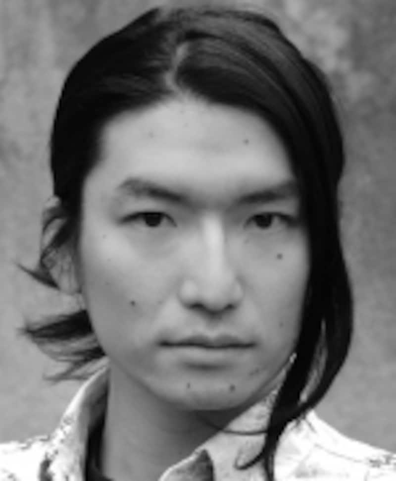 米国テキサス州出身、音楽座や劇団四季を経て文化庁研修制度で英米にて2年間学んだ市川洋二郎さん。本作では演出だけでなく翻訳・訳詞も手掛け、日本語の香りも生かした繊細な訳詞を心掛けたという。