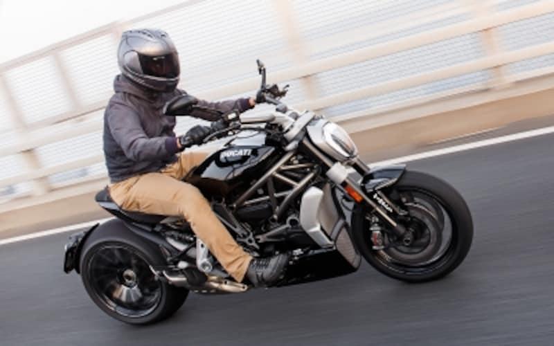 スタイルこそ最先端クルーザーながら、その乗り味はスポーツバイクのそれ!