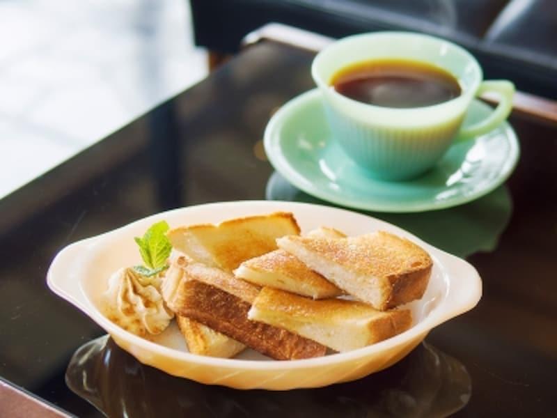 「HONEYGOLDCOFFEE」はオリジナルブレンドに地元養蜂場のはちみつを加えた、甘くて優しい一杯。トーストにもこのはちみつが使われます。