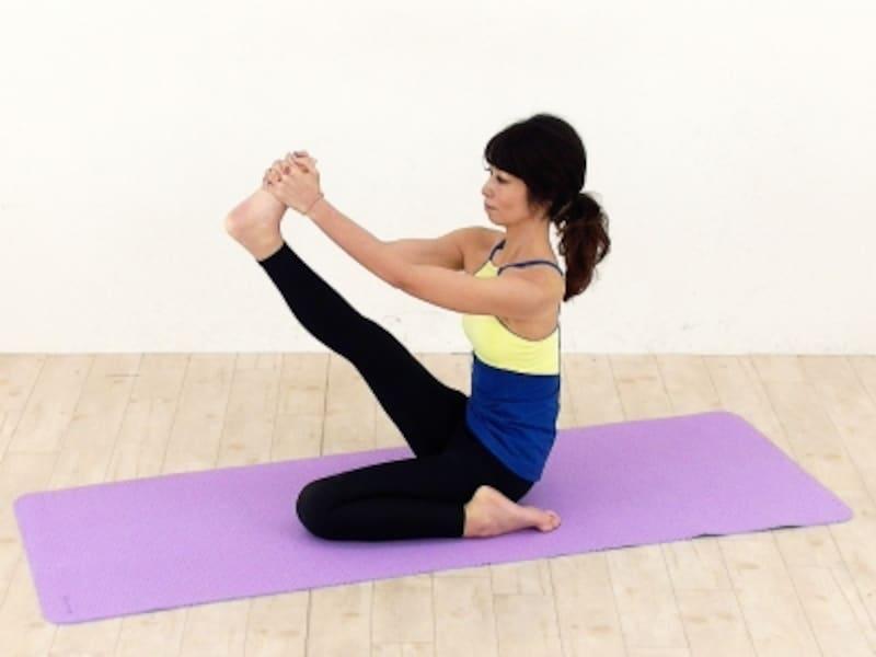 坐骨から伸ばしている足裏に呼吸が流れるイメージでゆっくりと呼吸を繰り返しましょう。