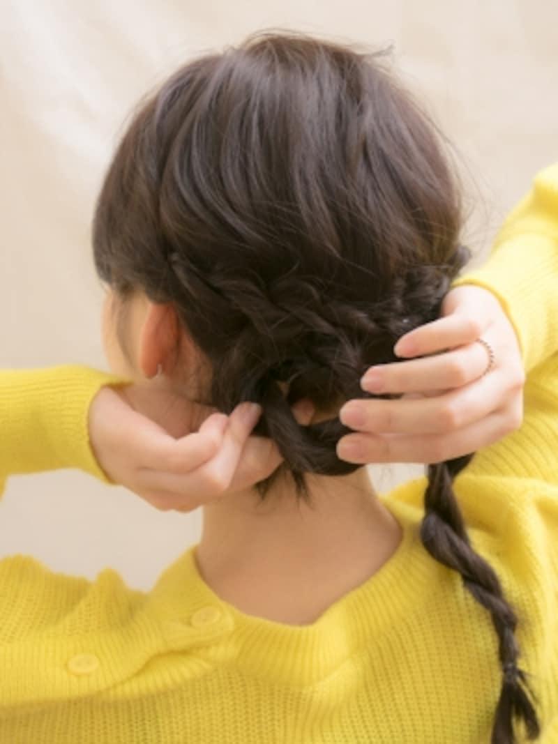 毛束を丸めてシニヨン風にまとめる