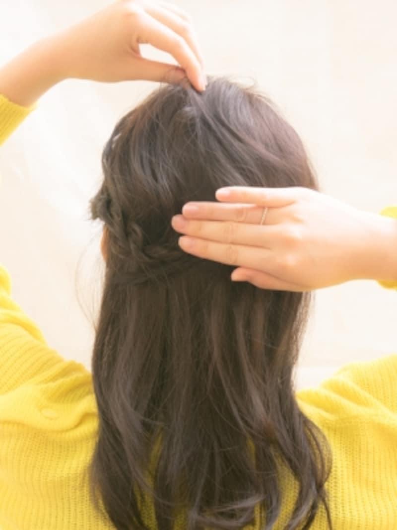 片手で押さえながらトップの髪を少しづつ引っ張る