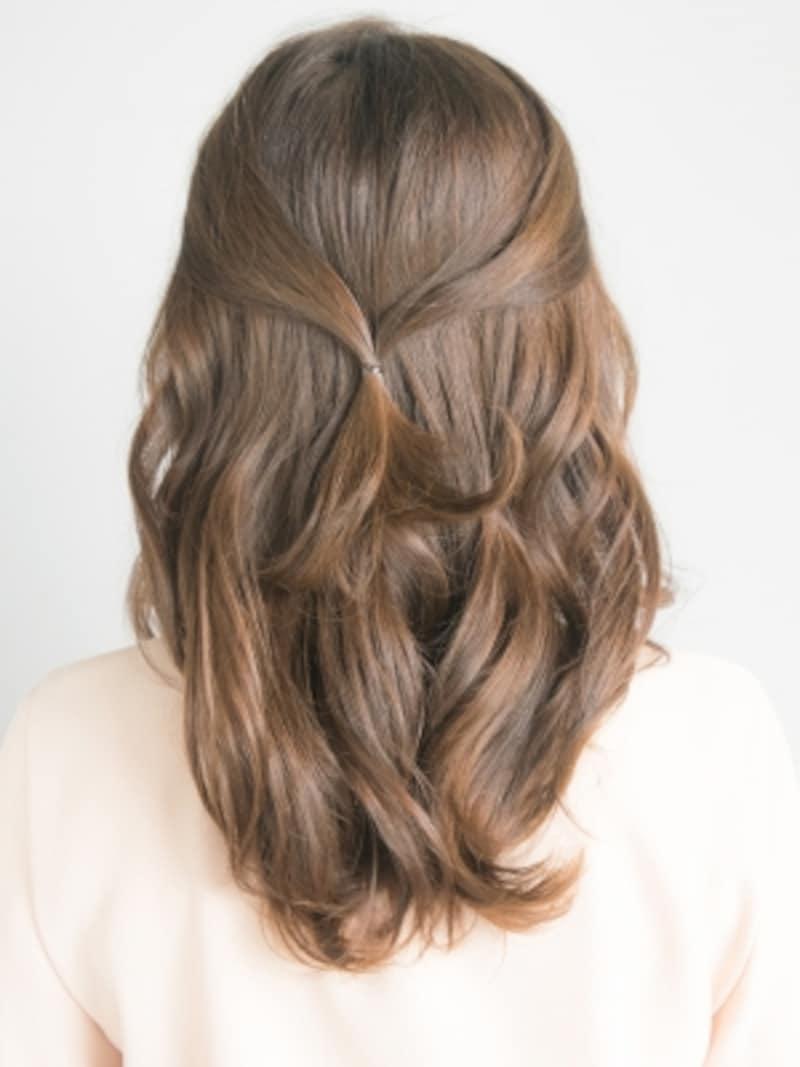 まとめ髪・ギブソンタックのやり方2真ん中あたりに結び目が来るように