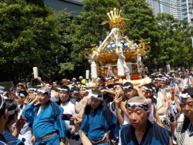 八角神輿の本社神輿渡御
