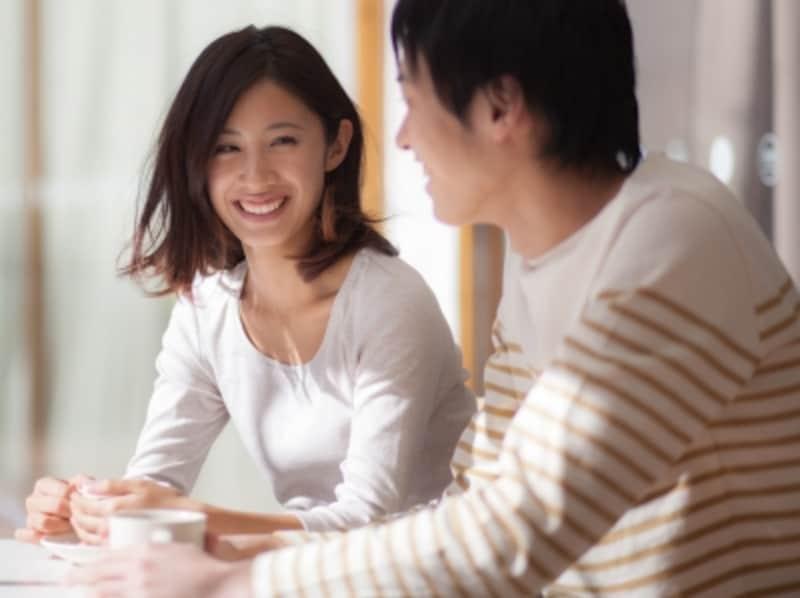 おしゃべりしているカップル