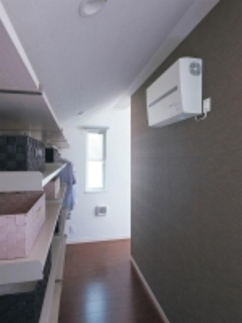 戸建住宅やマンション住戸、小規模店舗など、限られたスペースでも設置しやすい壁掛けタイプ。住宅用分電盤サイズの小型でフラットなデザインが特徴。[リチウムイオン蓄電盤undefined壁掛けタイプundefined希望小売価格/398,000円]undefinedパナソニックエコソリューションズhttp://sumai.panasonic.jp/