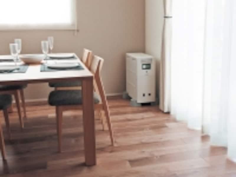 常に通電しておきたい機器やコンセントは配線接続でき、停電時には自動で給電。家事室やダイニングキッチンなど、部屋のコーナーや空きスペースに置きやすいデザイン。[リチウムイオン蓄電システムundefinedスタンドアロンタイプundefined希望小売価格/998,000円undefined]undefinedパナソニックエコソリューションズhttp://sumai.panasonic.jp/