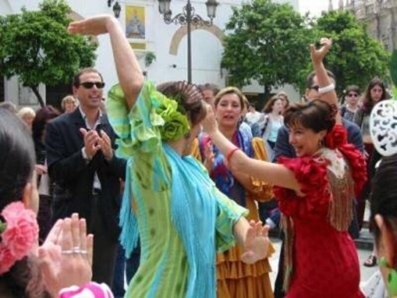 春は楽しいお祭りが多い。写真はセビーリャの春祭り、フェリア・デ・アブリル