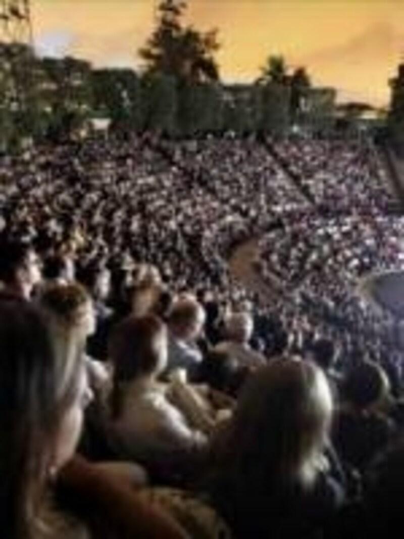 夏の夜風に吹かれながら野外劇場で観劇できるグレックフェスティバル。