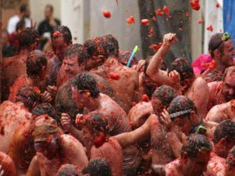 普段は静かな町がトマトと人まみれに。ブニョールのトマト投げ祭り、トマティーナ。