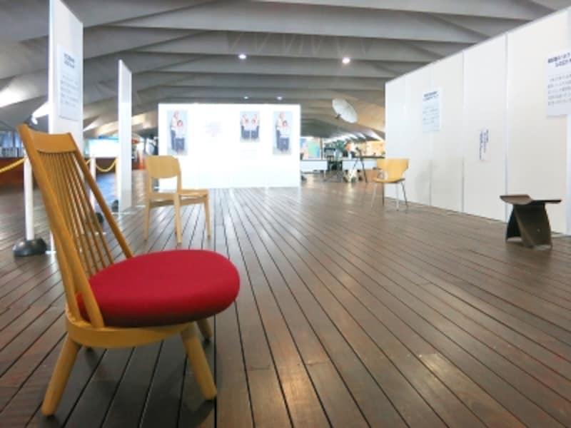 イームズデザインに影響が見て取れる日本の椅子の展示風景の画像