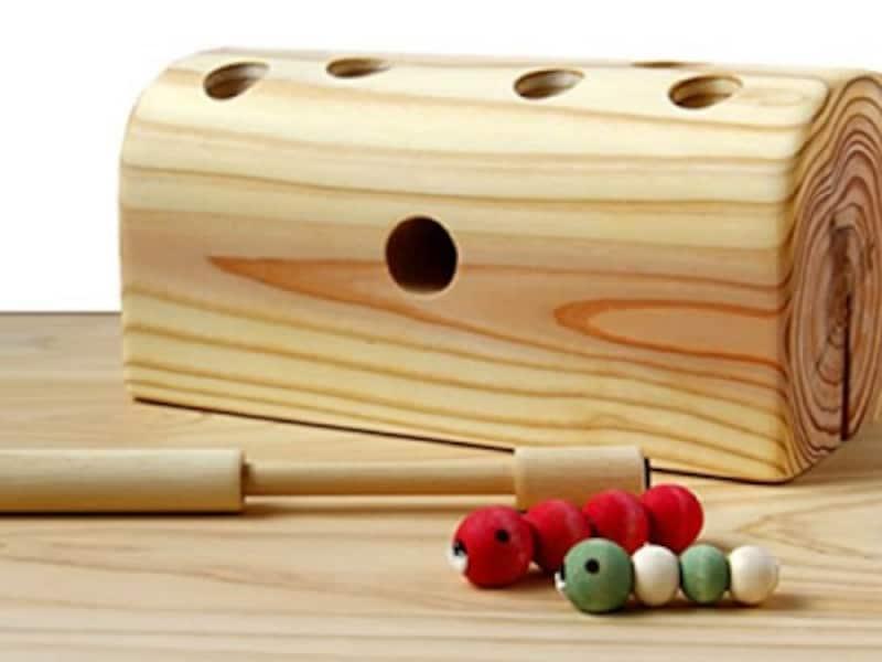 木の穴の中に隠れているイモムシに棒をそっと近づけると、磁石でひっついてきます。2000年グッド・トイ