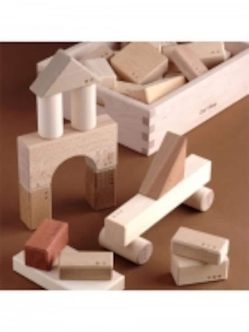 お片づけに便利な木箱は、ピースがピッタリはまるサイズ。パズル遊びもできます