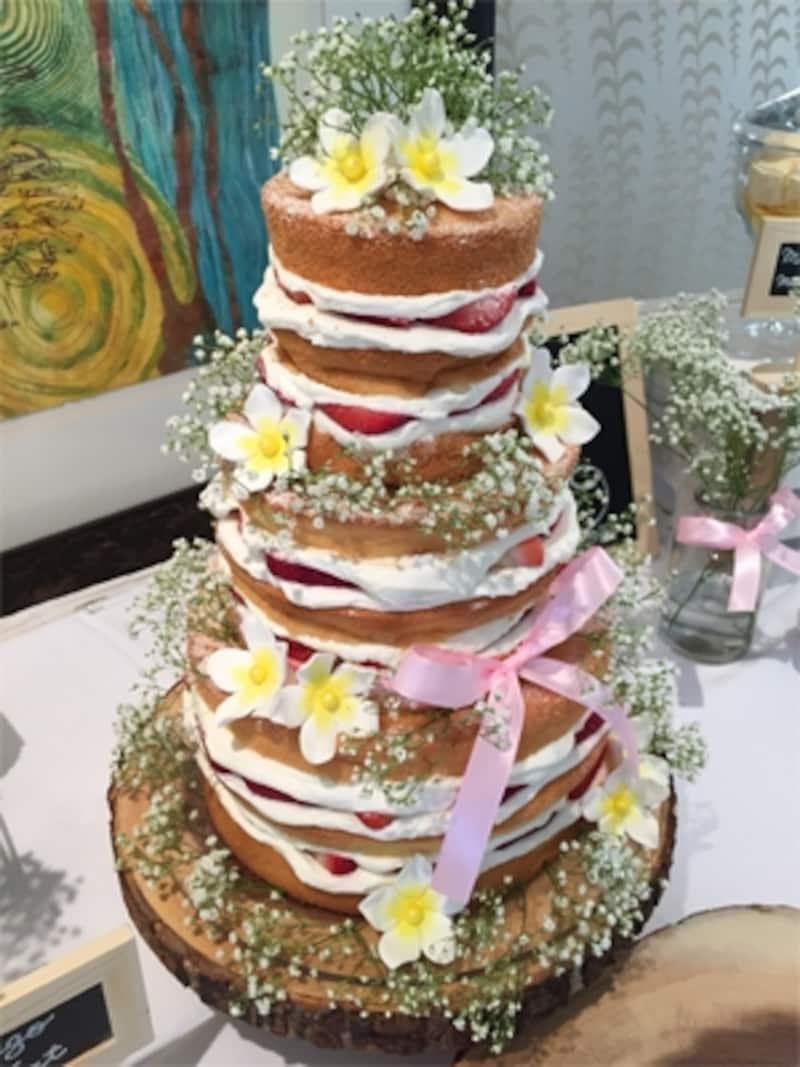 ナチュラルな雰囲気が人気のネイキッドケーキ。