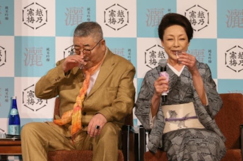 「縁結びの酒」の話を楽しそうに語る中尾彬・池波志乃ご夫妻