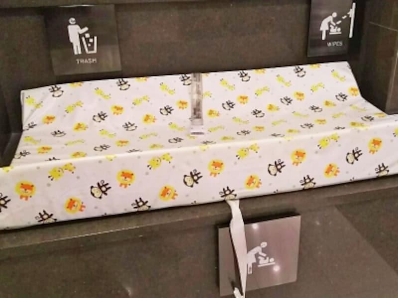 柔らかいシートが付いたおむつ替え台は珍しい。こちらは、ワイキキの「TギャラリアハワイbyDFS」
