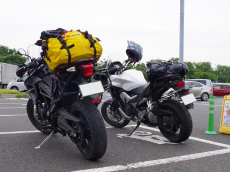 高速のPAではキャンプ用の荷物を大量に積んだバイクを見かけることも少なくない