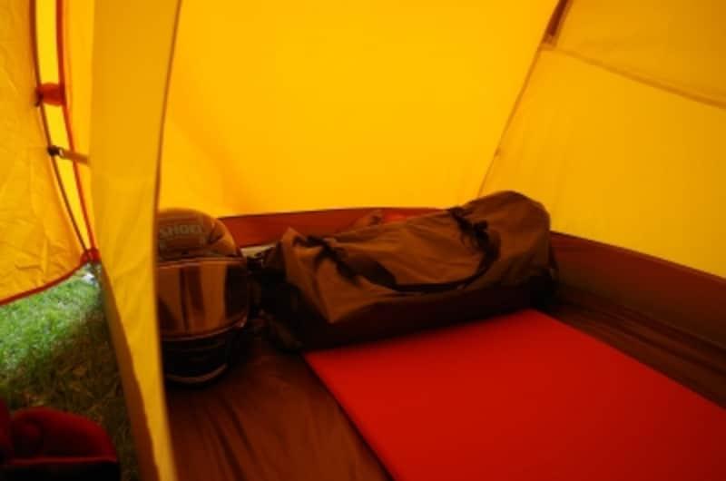 頭の部分は枕代わりのバッグを置くなどするので必ずしも自分の身長の長さのマットは必要ない