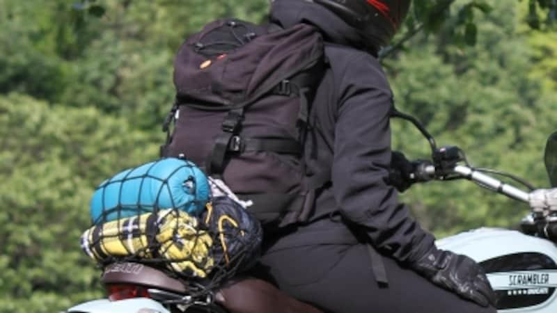 バイク用のツーリングネットがあれば、最低限の荷物をバイクに縛り込める。サイズがまちまちなので、最寄りのバイク量販店に行ってサンプル品を使ってみるのがベスト