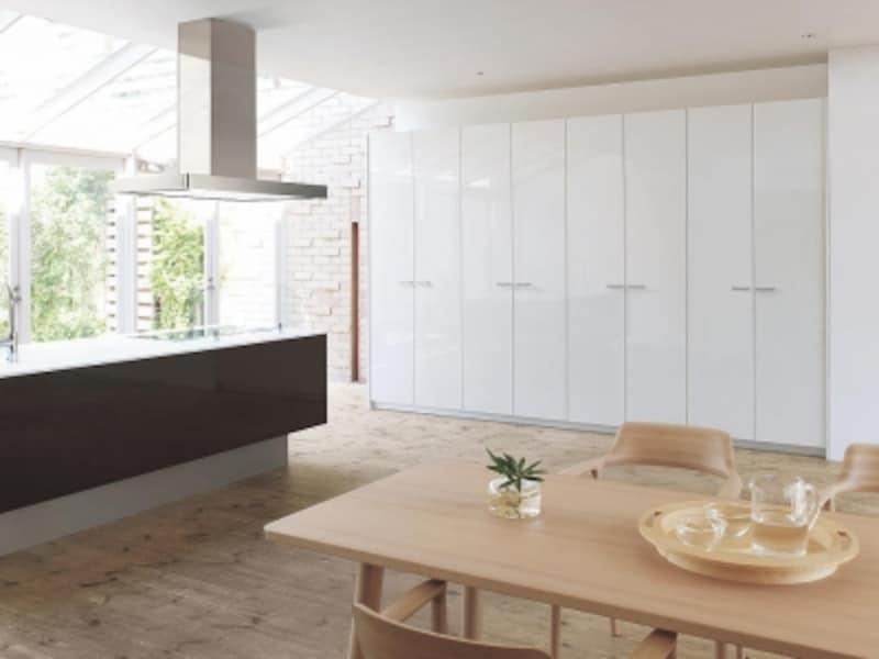棚板やアミカゴ、内引出しなども取り入れることが可能。キッチンの扉と合わせてコーディネートできる。[Lクラスキッチンundefinedトールパントリー]undefinedパナソニックエコソリューションズundefinedhttp://sumai.panasonic.jp/
