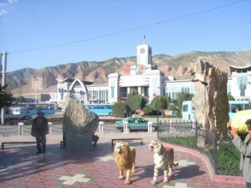 西寧駅前の風景。西寧は青海湖で有名な青海省の省都