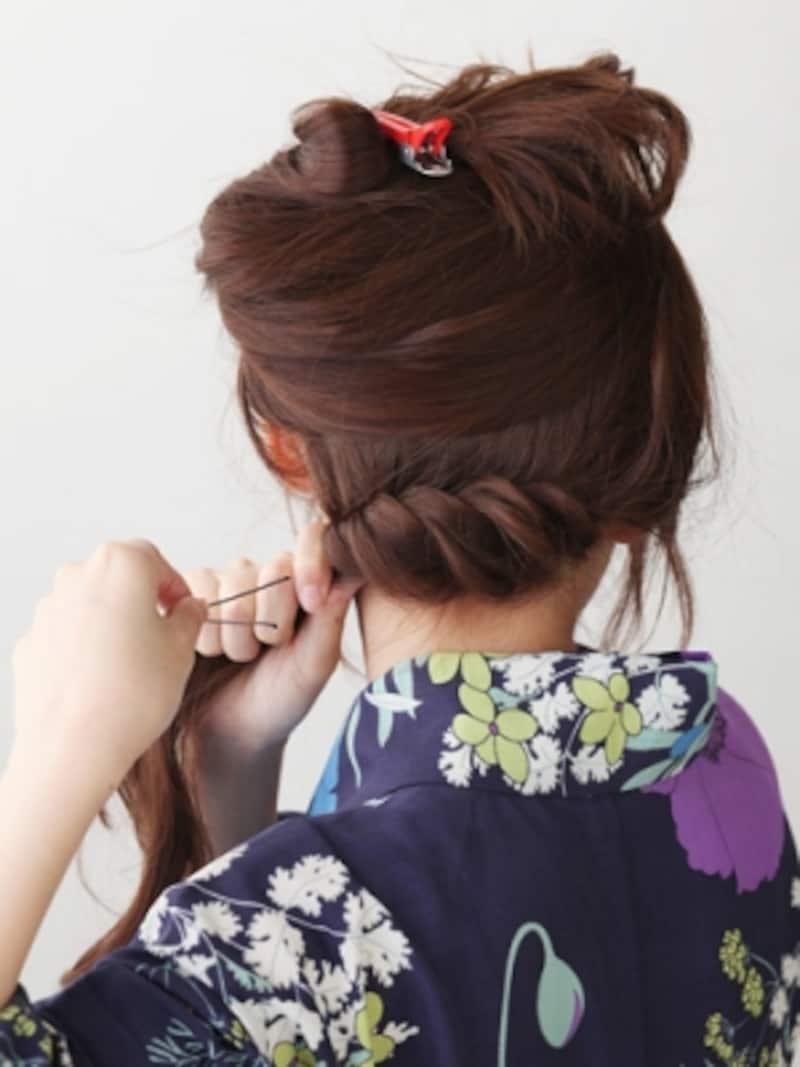 耳下ラインの髪をねじり編みにしてピンで固定する