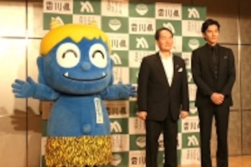 香川県2016プロモーションプレス発表会の様子。右から要潤さん、浜田知事、親切な青鬼くん