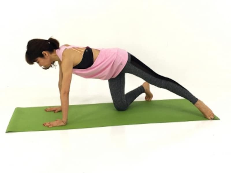 両手のひらを床につけ、指は大きく開きましょう。体幹部分が無理なく伸びるところに右膝、左つま先をつけましょう