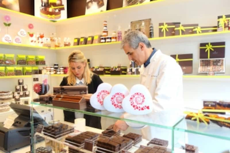 父の日向けのシガー型ショコラ、ハートの形の母の日向けショコラなどが並ぶ店内(6月中旬)