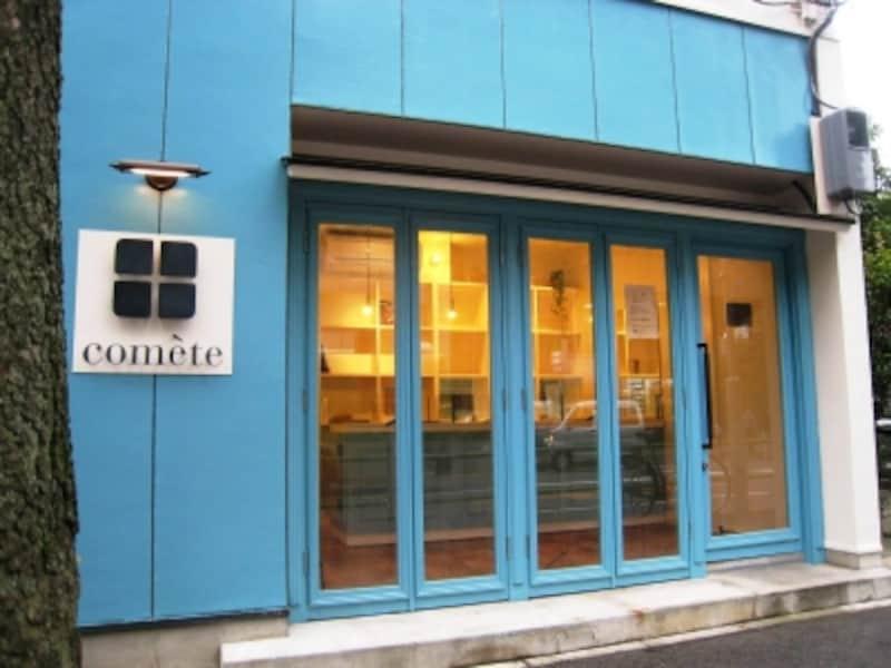 通りに面したブルーのお店