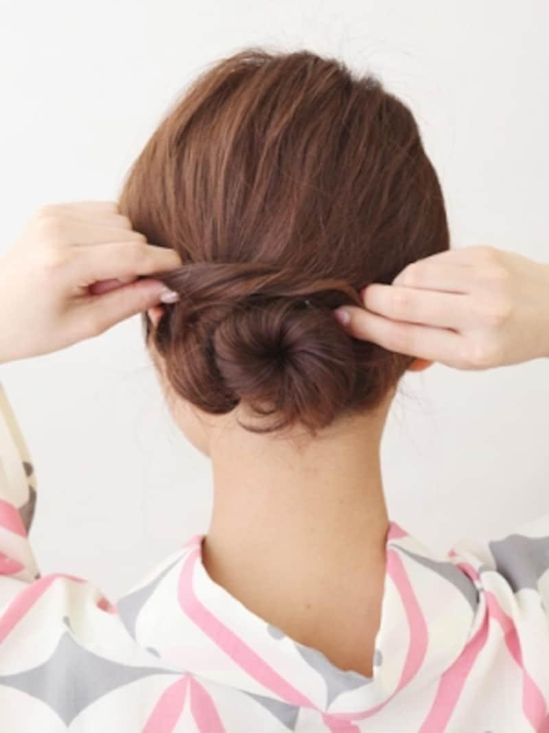 耳前の髪を外側にねじりながらシニヨンに巻きつける