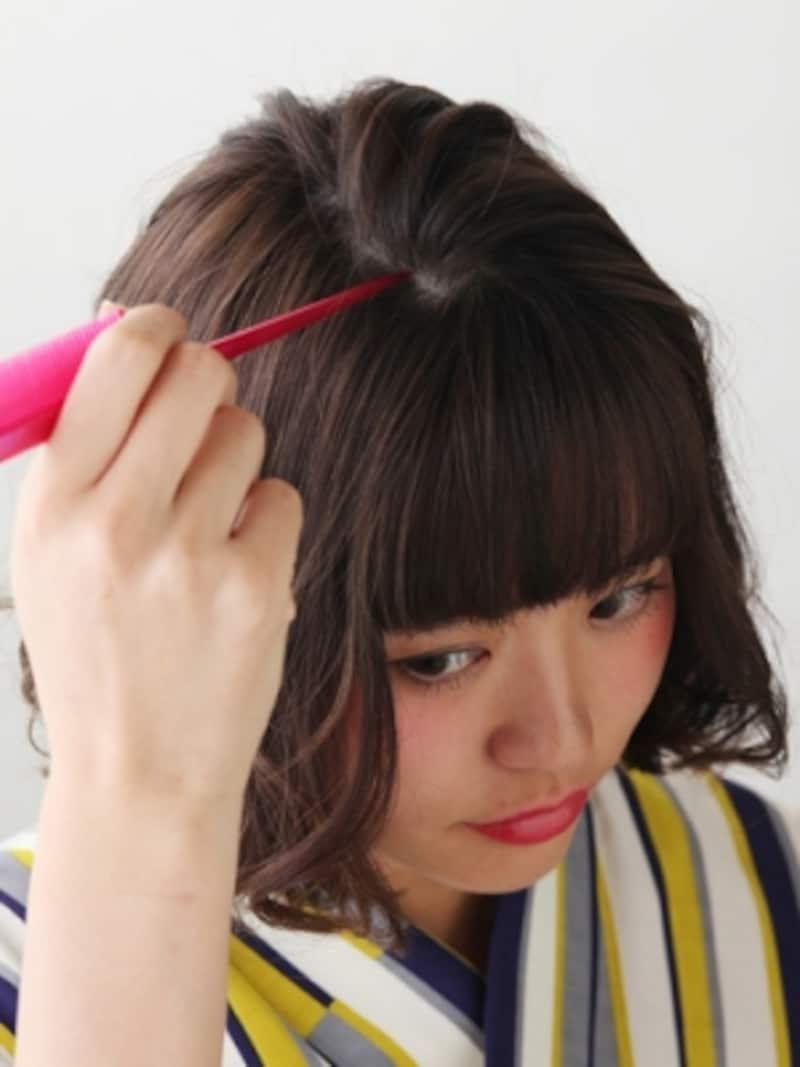 前髪の生え際からツムジまで分けとる