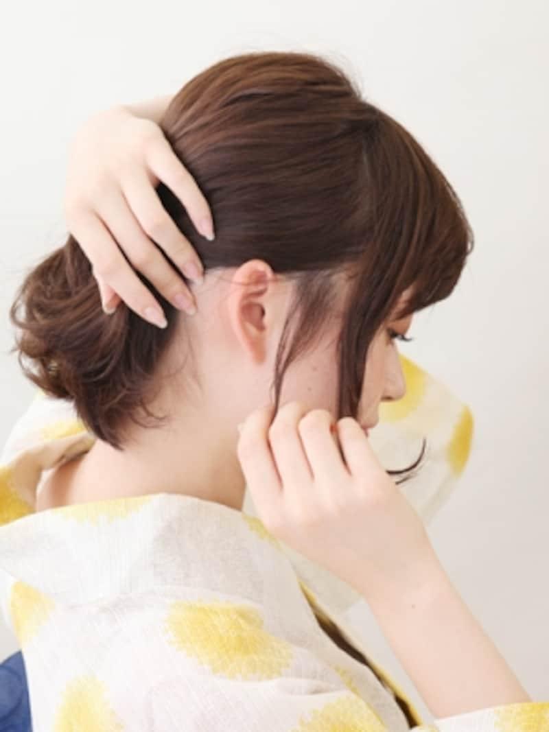 毛先を外に巻き、顔まわりに後れ毛を残す