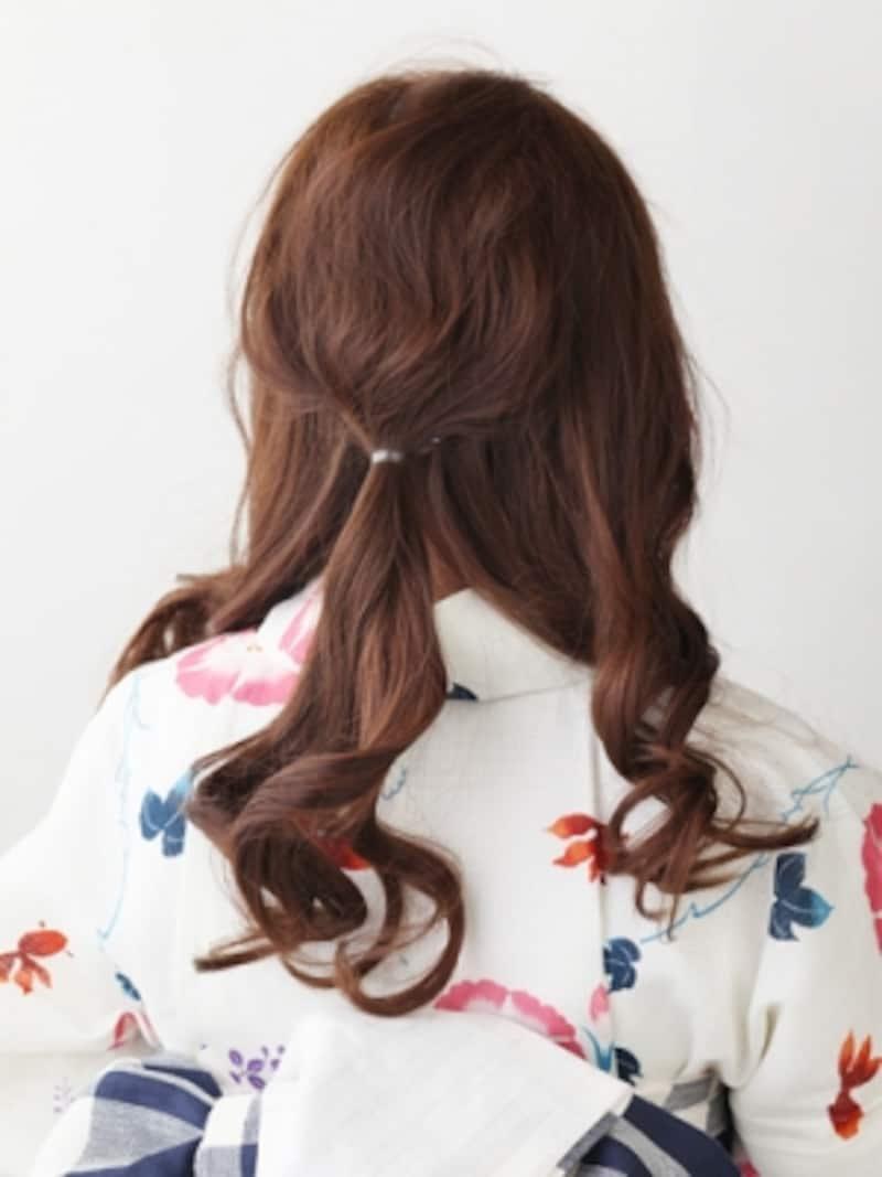 後ろの髪を丸くとりひとつ結びに