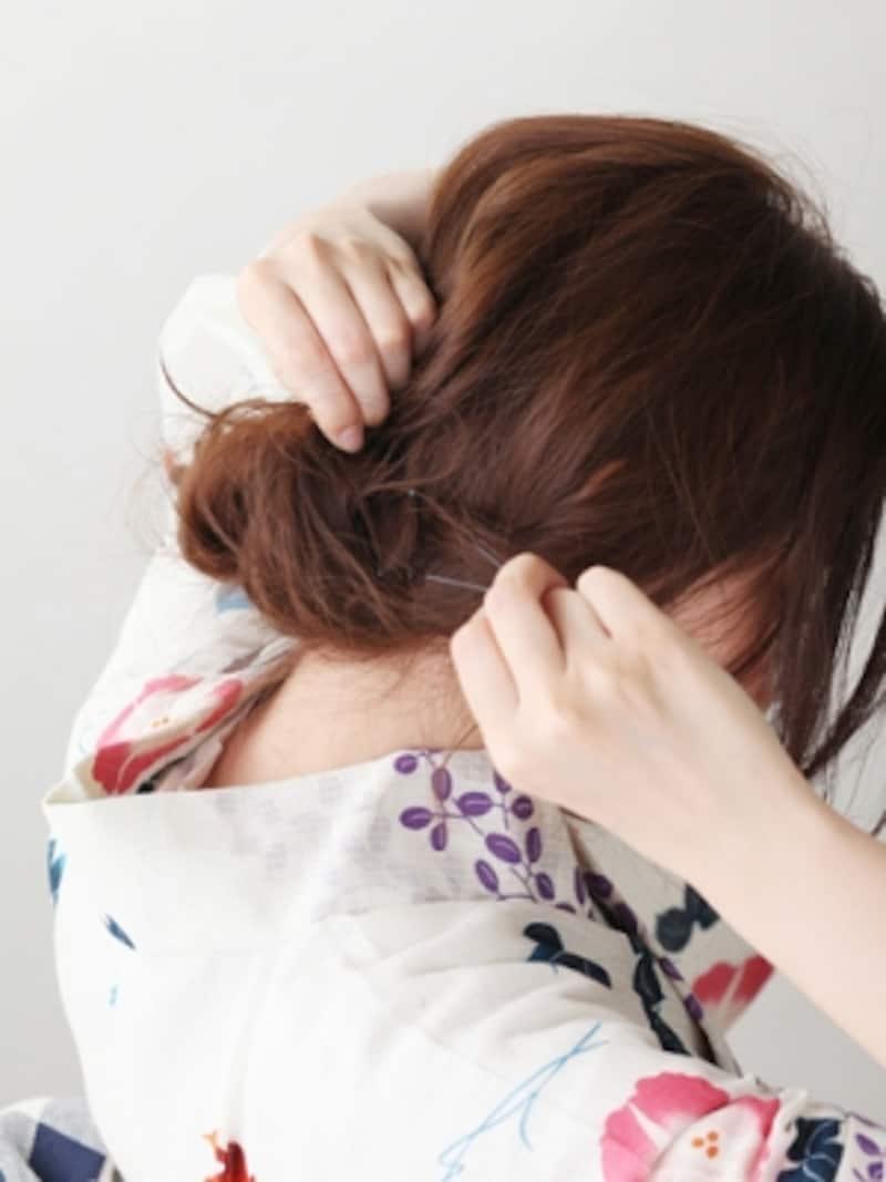 左右の髪も丸め込み、ピンで留める