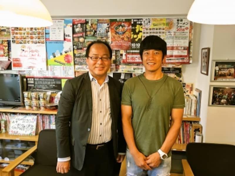 自称「日本一ラーメンを食べた男」大崎裕史(左)が、「ミスターラーメン」こと、せたが屋代表undefined前島司氏(右)を突撃インタビュー!